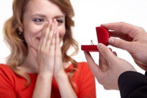 男性からプロポーズで贈られたエンゲージリング